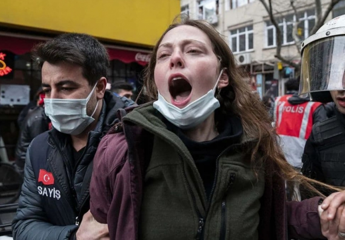 Beating and arresting protesting students in Istanbul's Kadikoy